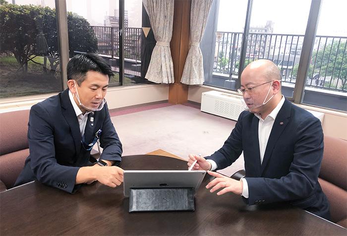 菅原文仁市長とは市議会議員時代からの友人。市政全般にわたり常に連絡を取り合いながら最善の施策を話し合う。コロナ禍にもスピード感のある対応を共に考えている。